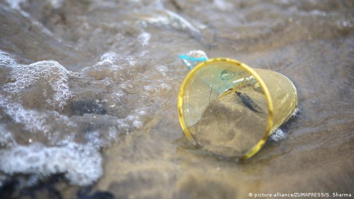 Indien Mumbai - Plastikmüll am Strand (picture-alliance/ZUMAPRESS/S. Sharma)