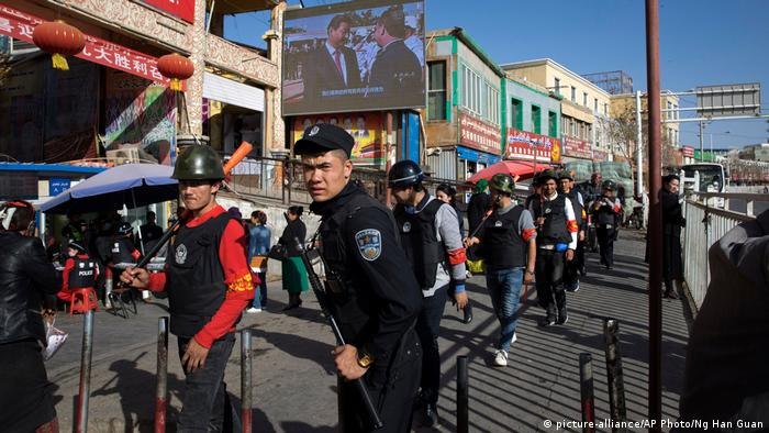 China Sicherheitsdienste patroullieren in Uighur-Bazaar in Xinjiang (picture-alliance/AP Photo/Ng Han Guan)