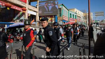 China Sicherheitsdienste patroullieren in Uighur-Bazaar in Xinjiang (picture-alliance/AP Photo/Ng Han Guan)