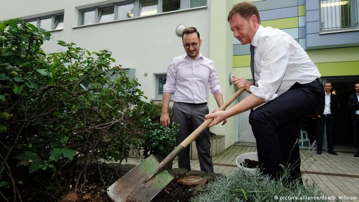 Michael Kretschmer plants a rosebush (picture-alliance/dpa/S. Willnow)