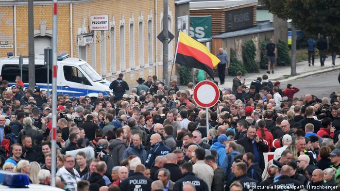 Chemnitz - Demonstranten mit einer Deutschlandfahne versammeln sich vor dem Stadion vom Chemnitzer FC