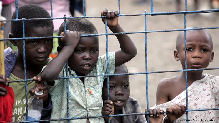 Children displaced by violence in the DRC in 2008 (picture-alliance/dpa/S. Morrison)