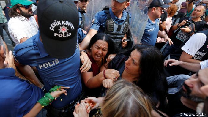 Demonstranten streiten mit der Polizei, weil sie die 700. Versammlung der Samstagsmütter im Zentrum von Istanbul verhindernwollen