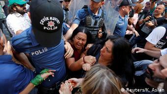 Arşiv - Polis, Cumartesi Anneleri'nin 700. hafta eylemini engellemeye çalışıyor (25.08.2018)