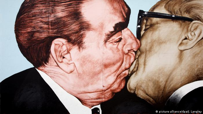 Братский поцелуй - граффити Дмитрия Врубеля в East Side Gallery