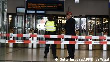 31. August 2018, Bahnhof Amsterdam, Niederlande, Officials stand inside a cordonned-off area at The Central Railway Station in Amsterdam on August 31, 2018, after two people were injured in a stabbing incident. - Two people were hurt during a stabbing incident at Amsterdam's busy Central Station with the alleged attacker shot and wounded, Dutch police said.