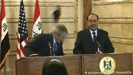 President Bush dodges a flying shoe (picture-alliance/AP Photo/APTN)