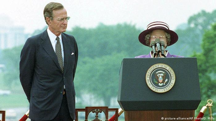 Kuriose Staatsempfänge Queen Elizabeth und Präsident George Bush (picture-alliance/AP Photo/D. Mills)