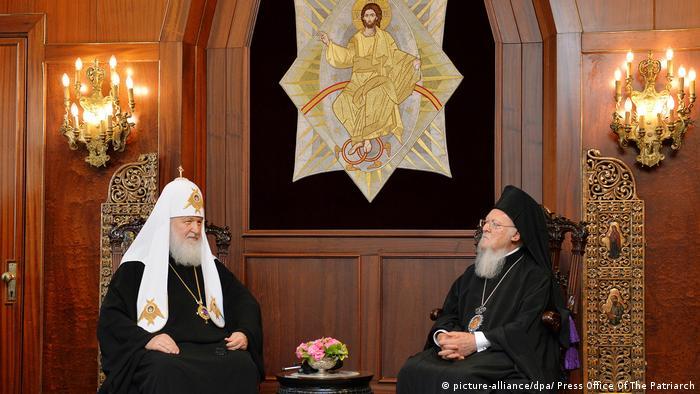 Patriarhul Chiril al Moscovei (stânga) în dialog cu Patriarhul Ecumenic Bartolomeu