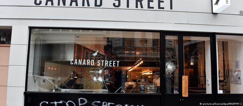 Restaurante em Lille foi um dos alvos de vandalismo e pichações