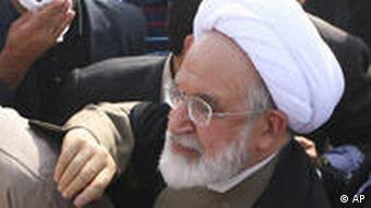 مهدی کروبی در مراسم چهلم ندا آقا سلطان در بهشت زهرا - به گفته فرمانده انتظامی تهران بزرگ، ۳۰ نفر در حاشیه این مراسم و ناآرامیهای پس از آن در تهران دستگیر شدند