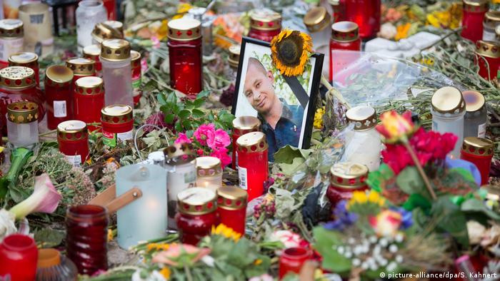Photo of Daniel H. among flowers left by mourners (picture-alliance/dpa/S. Kahnert)