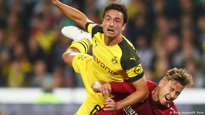 Thomas Delaney of Borussia Dortmund jumps over Waldemar Anton of Hannover 96 (Getty Images/M. Rose)