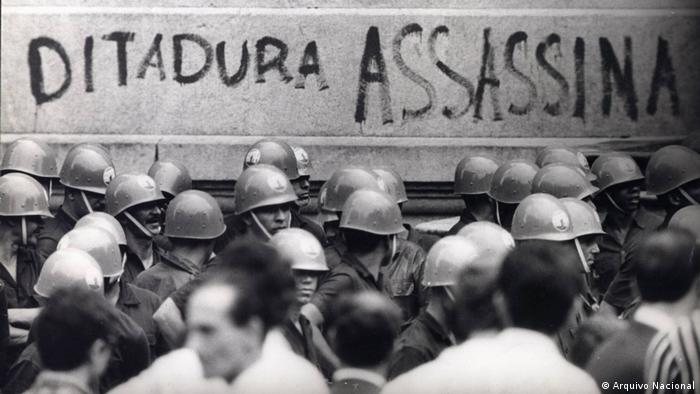 Foto de 1968: uniformes militares e protesto contra ditadura no Brasil