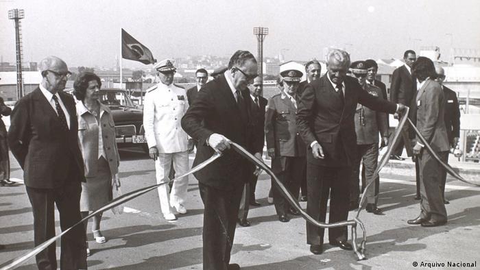 Médici inaugura Ponte Rio-Niterói em 1974: obras faraônicas da ditadura sobrecarregaram o Brasil por muito tempo