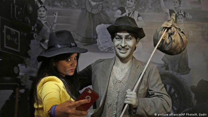 A visitor takes a selfie with the wax figure of Bollywood actor Raj Kapoor at Madame Tussauds Wax Museum in New Delhi, India (picture-alliance/AP Photo/A. Qadri)
