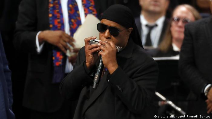 Stevie Wonder bei der Trauerfeier von Aretha Franklin (picture-alliance/AP Photo/P. Sancya)