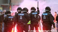 27.08.2018, Sachsen, Chemnitz: Polizisten stehen in der Innenstadt bei einer Kundgebung der rechten Szene, um ein Aufeinanderprallen von rechten und linken Gruppen zu verhindern. Nach einem Streit war in der Nacht zu Sonntag in der Innenstadt ein 35-jähriger Mann erstochen worden. Die Tat war Anlass für spontane Demonstrationen, bei denen es auch zu Jagdszenen und Gewaltausbrüchen kam. Foto: Sebastian Willnow/dpa +++ dpa-Bildfunk +++ | Verwendung weltweit