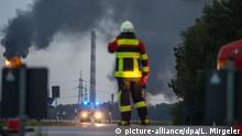 01.09.2018, Bayern, Vohburg an der Donau: Ein Brand ist auf einem Raffineriegelände von Bayernoil ausgebrochen. Einsatzkräfte der Feuerwehr sind im Einsatz. Foto: Lino Mirgeler/dpa +++ dpa-Bildfunk +++ | Verwendung weltweit