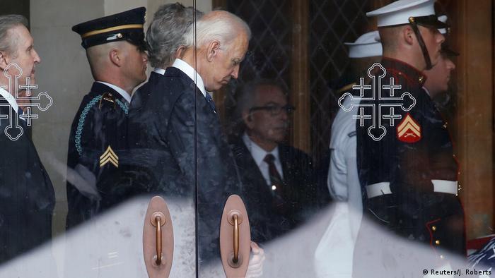 جوبایدن در سال ۲۰۱۸ در مراسم خاکسپاری سناتور جان مککین