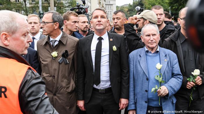 Björn Höcke ao lado de xenófobos em Chemnitz, setembro de 2018