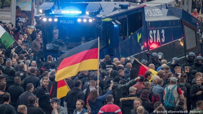Deutschland AfD-Kundgebung und Gegenproteste in Chemnitz ziehen tausende Demonstranten an (picture-alliance/dpa/B. Roessler)