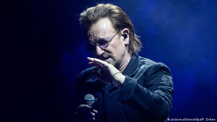 Bono at the Berlin concert (picture-alliance/dpa/P. Zinken)