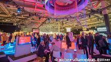 31.08.2018, Berlin: Besucher sind in einer Messehalle der Elektronikmesse IFA unterwegs. Die diesjährige Elektronikmesse IFA in Berlin öffnet für das Publikum. Trendthemen sind die Vernetzung von Informations-, Unterhaltungs- und Haushaltsgeräten sowie die zunehmende Steuerung mit Sprachbefehlen. Foto: Jens Büttner/dpa-Zentralbild/dpa +++ dpa-Bildfunk +++ | Verwendung weltweit