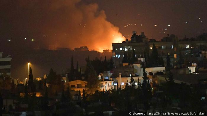 Syrien Explosionen auf Militärflughafen bei Damaskus (picture-alliance/Xinhua News Agency/A. Safarjalani)
