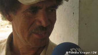 O agricultor Domingos Monteiro usa quadros com redes para peneirar as nuvens e conseguir água na Serra da Malagueta, no Norte de Santiago.