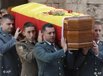 The funeral for the police officers killed on Mallorca was held on Friday. Pallbearers carry the coffin from the cathedral.