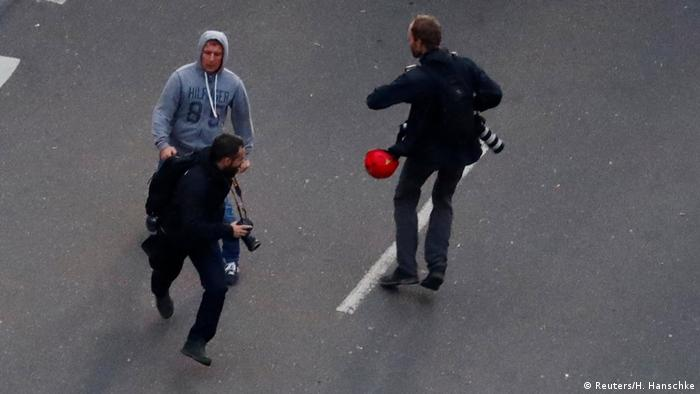 Teilnehmer einer Demonstration in Chemnitz greift einen Journalisten an