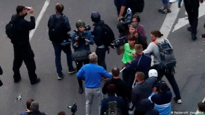 Teilnehmer der Demonstration der AFD in Chemnitz greifen Journalisten und Polizei an