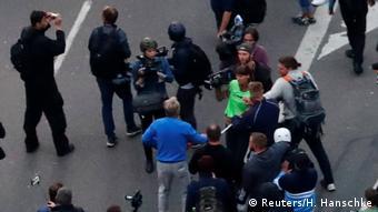 Участники демонстрации в поддержку партии АдГ в Хемнице в 2018 году нападают на журналистов