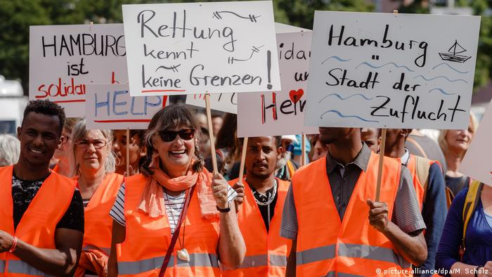 Marches in Hamburg calling for migrant sea rescues (picture-alliance/dpa/M. Scholz)