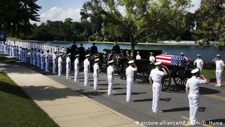 Джона Маккейна поховали на території військової академії, яку він закінчив