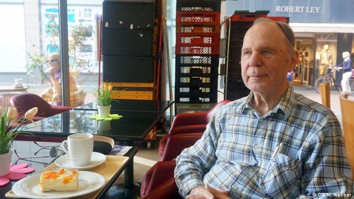 Älterer Mann im Karohemd sitzt im Cafe. Beethoven-Fest Bonn 2018 (DW/M. Webber)