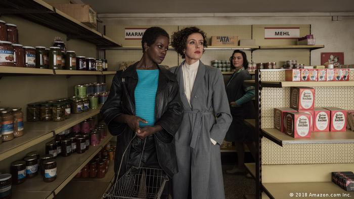 Cena de Deutschland 86: Rose (Florence Kasumba, esq,) e Lenora (Maria Schrader) conversam sobre contrabando de armas em loja de conveniência