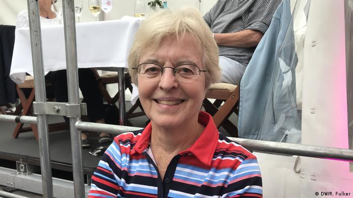 Frau in den mittleren Jahren mit einem bunt gestreiften Hemd lächelt in die Kamera. Beethovenfest 2018 (DW/R. Fulker)