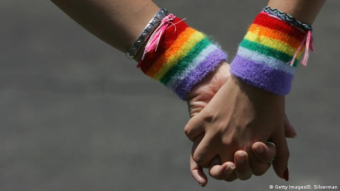 Gay Lesbisch Hand in Hand Homosexualität Frauen Symbolbild (Getty Images/D. Silverman)