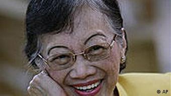 کورازون آکینو پس از رسیدن به مقام ریاست جمهوری تمام زندانیان سیاسی را آزاد کرد و میلیونها دلار از اموال فلیپین را به کشور بازگرداند.