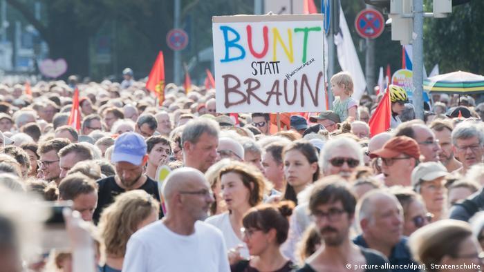 Menschen auf Demonstration Wir sind mehr #wirsindmehr in Hannover
