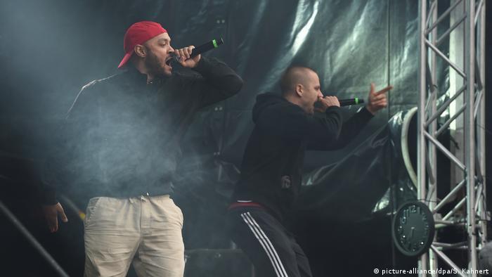 طارق (چپ)، خواننده گروه برلینی K.I.Z هنگام اجرای برنامه در کمنیتس