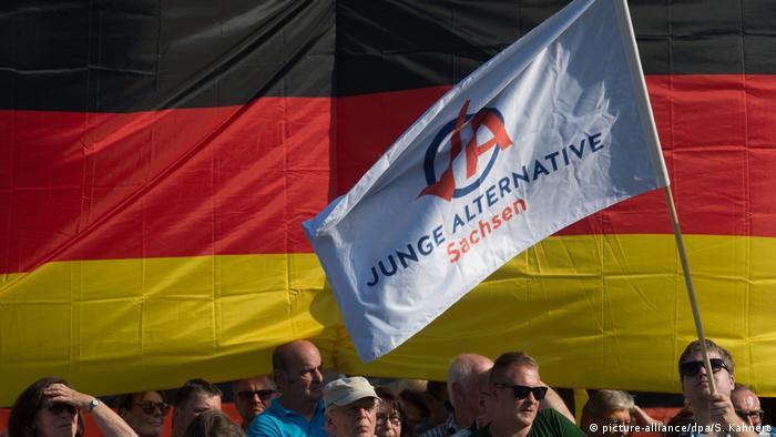 Symbolfoto: AFD vor Deutschlandflagge (picture-alliance/dpa/S. Kahnert)