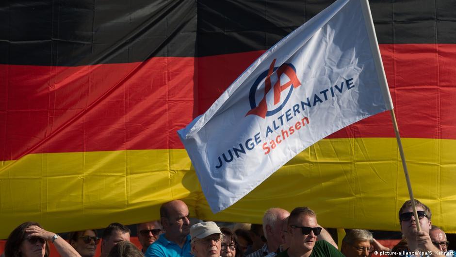 Symbolfoto: AFD vor Deutschlandflagge