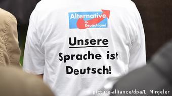 Deutschland, Abensberg: Ein Anhänger der AfD mit dem Aufdruck Unsere Sprache ist Deutsch