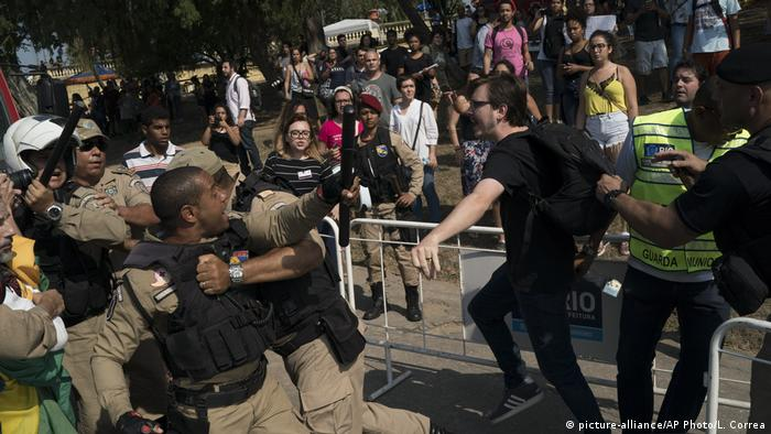 Brasilien Rio de Janeiro - Proteste nachdem Brand Nationalmuseum abgebrannt ist (picture-alliance/AP Photo/L. Correa)