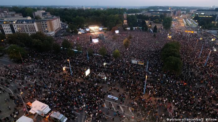 Deutschland, Chemnitz: Konzert gegen Rassismus (picture-alliance/dpa/S. Willnow)
