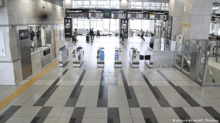 Train station in Osaka evacuated ahead of Typhoon Jebi (picture-alliance/Y. Shimbun)