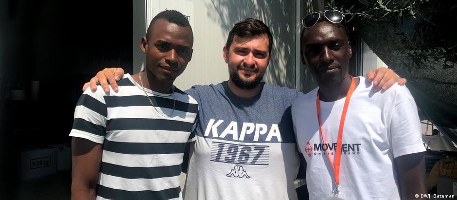 Adonis Zeivekis (centro), Thierry Harbonimana e Kwizera Ahmed Aimable dão aulas de TI para refugiados e moradores